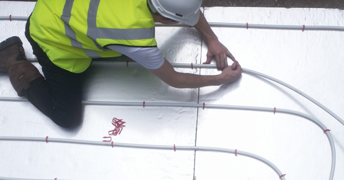 installer laying ufh pipe